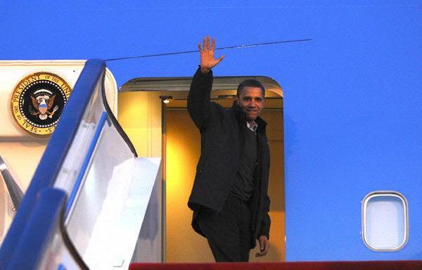 U.S. President Barack Obama waves as he leaves for South Korea in Beijing  on Nov. 18, 2009. (Xinhua/Li Tao)