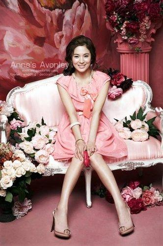 South Korean actress Song Hye-kyo recently posed for photos for the New Roem Summer Collection. The Roem 2010, with the theme of flowers and bright colors, shows off her pureness as well as elegance.(Photo: qq.com)