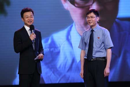 主持人刚强与最美检察官刘龙清