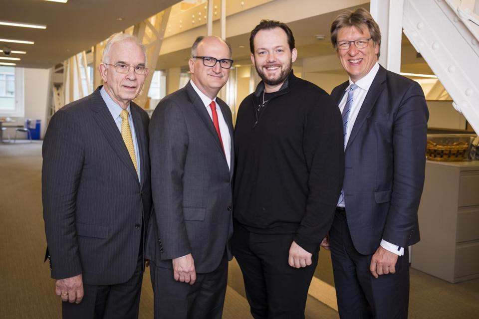波士顿交响乐团与格万特豪斯管弦乐团将展开深度合作,图为两团相关负责人合影