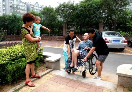 2014年夏天,房泽秋一家人与李玉柱。(央视网记者 李文亮 摄)