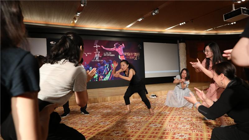舞者杨凌凯带领记者体验云门舞集舞蹈训练方法。高尚/摄