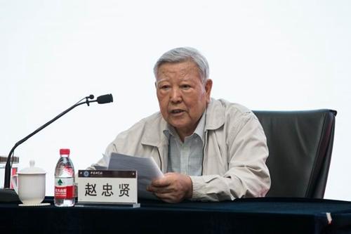 图为赵忠贤院士在中国科学院讲课