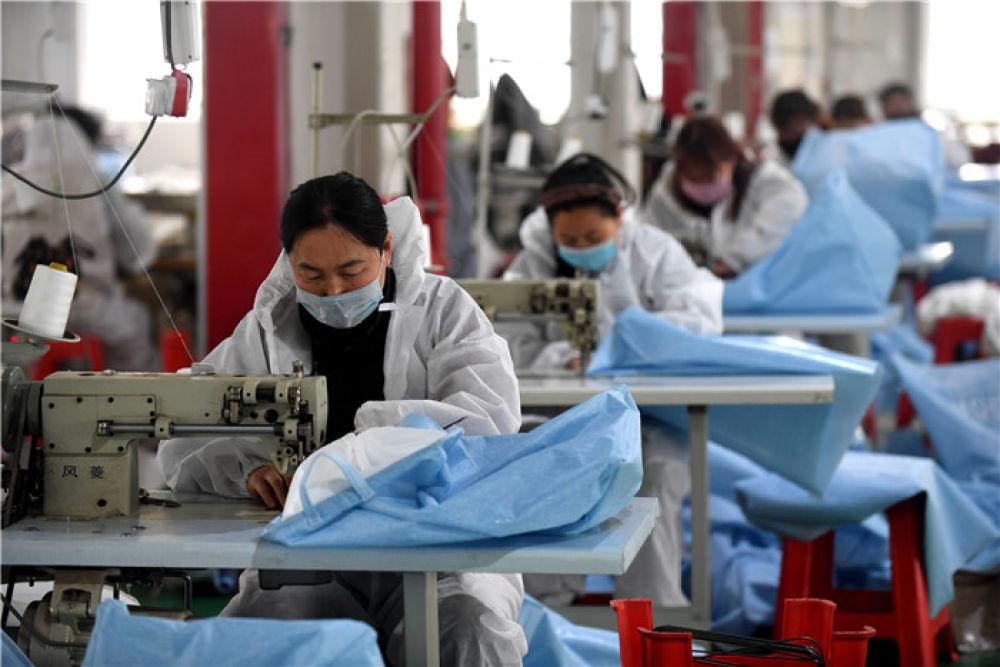 工人在河北阜平县平阳村手工业扶贫车间工作(4月10日摄)。新华社记者 王晓 摄