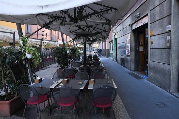 2月26日的意大利米兰,餐饮店摆放在路旁的空桌椅。新华社发