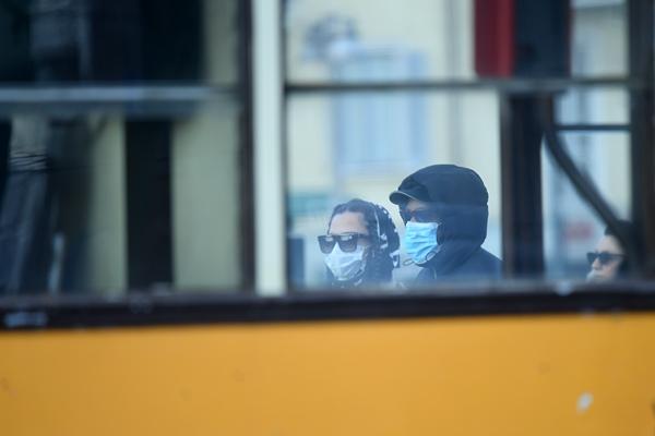 2月26日,在意大利米兰,人们佩戴口罩出行。新华社发