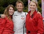 [组图]F1新科世界冠军巴顿左拥右抱出席活动