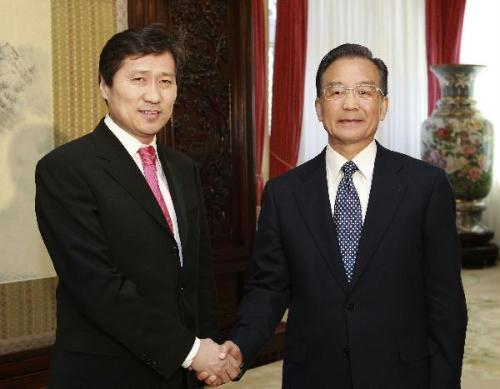 ChinesePremierWenJiabao(R)meetswithMongolianPrimeMinisterSukhbaatarynBatboldinBeijing,China,April13,2010.(Xinhua/XieHuanchi)