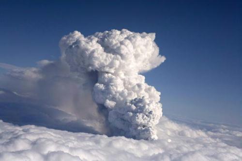SmokebillowsfromavolcanoinEyjafjallajokullApril14,2010.AvolcaniceruptioninIcelandspewedblacksmokeandwhitesteamintotheaironWednesdayandpartlymeltedaglacier,settingoffamajorfloodthatthreatenedtodamageroadsandbridges.(Xinhua/ReutersPhoto)