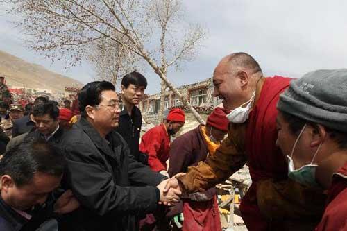 ChinesePresidentHuJintaoshakeshandswithalocalresidentintheTibetanAutonomousPrefectureofYushu,northwestChina'sQinghaiProvince,April18,2010.HuarrivedinYushuSundaymorningtodirectreliefwork.(Xinhua/LanHongguang)