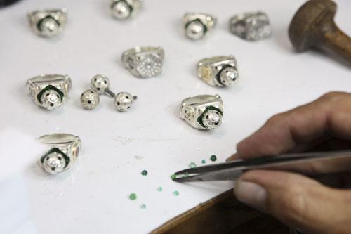 AjewellerworksonFIFA2010WorldCupringsatajewelleryworkshopinBucaramangaApril22,2010.AgroupofColombianjewellersareproducingplatinumandgoldringsthatwillbepartofanexclusivejewellerycollectionapprovedbyFIFAforthe2010WorldCupinSouthAfrica.Therings,madewithemeraldsanddiamondsfromSouthAfrica,willsellfrombetween$2,500to$250,000.PicturetakenApril22,2010.(Xinhua/ReutersPhoto)