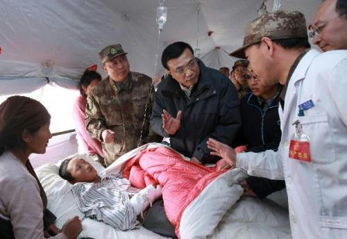 Chinese Vice Premier Li Keqiang visits local temporary hospital in Yushu, Qinghai on Tuesday. Li urges local health and disease control personnel to prevent disease outbreaks and prepare effective treatments for altitude sickness before reconstruction workers arrived.(Xinhua Photo)