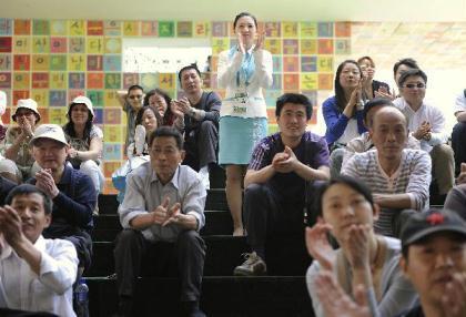 LeeJeYeon(C)enjoystheKoreanfolkperformancewithvisitorsintheRepublicofKorea(ROK)PavilionattheWorldExpoParkinShanghai,eastChina,May11,2010.(Xinhua/ZhangYan)