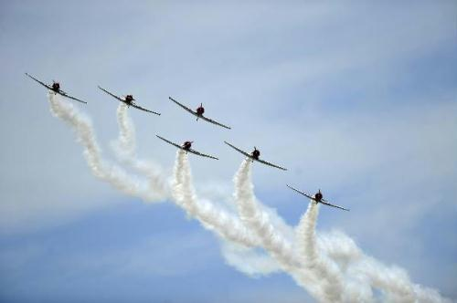 Geico Skytypers perform at the 2010 Joint Service Open House Andrews Air Show at Andrews Air Force Base outside Washington D.C., capital of the United States, May 15, 2010. (Xinhua/Zhang Jun)