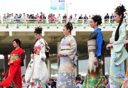 Japanese models present kimonos at the Shanghai World Expo park on May 16, 2010. (Xinhua Photo)