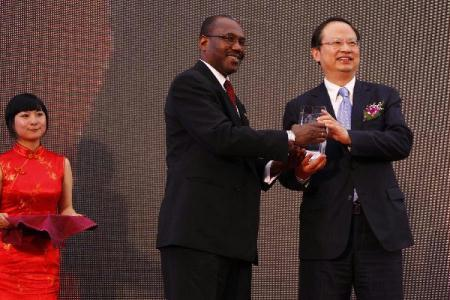 Hamadoun Toure (L), secretary general of the International Telecommunication Union (ITU), awards Wang Jianzhou, chairman and chief executive of China Moblie Communications Corporation, with ITU World Telecommunications and Information Society Award 2010 in the World Expo park in Shanghai, east China, on May 17, 2010, the Day of the World Telecommunication and Information Society and also the ITU Honor Day of the Shanghai World Expo. (Xinhua/Pei Xin)
