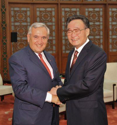 WuBangguo(R),chairmanoftheStandingCommitteeofChina'sNationalPeople'sCongress,meetswithFormerFrenchPrimeMinisterJean-PierreRaffarininBeijing,capitalofChina,onJune7,2010.(Xinhua/HuangJingwen)