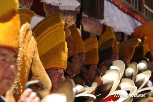 Lamas hold a ceremony to welcome the 11th Panchen Lama Bainqen Erdini Qoigyijabu, who is also vice president of the Buddhist Association of China, in Zhaxi Lhunbo Lamasery of Xigaze, southwest China's Tibet Autonomous Region, on June 10, 2010. The 11th Panchen Lama Bainqen Erdini Qoigyijabu finished his visit to Lhasa and south Tibet's Shannan Prefecture, and returned to Zhaxi Lhunbo Lamasery, the seat of successive Panchen Lamas in Tibet's Xigaze, on Thursday.(Xinhua/Chogo)