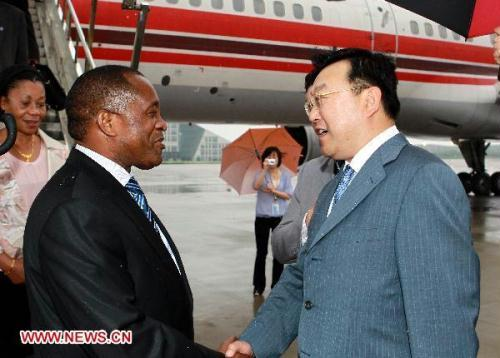 Mozambican Prime Minister Aires Bonifacio Baptista Ali (L) shakes hands with Vice Mayor of Shanghai Tang Dengjie upon his arrival in Shanghai, east China, June 20, 2010.(Xinhua/Ren Long)