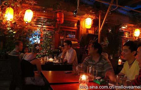 Located several kilometers north of the Forbidden City, and just east of Houhai Lake, is Nanluoguxiang, an 800-meter north-south alleyway filled with cafes, bars and shops, all designed in classical Chinese 'hutong' style. The bars on Nanluoguxiang are files with World Cup fans each night. [Sina Photo]
