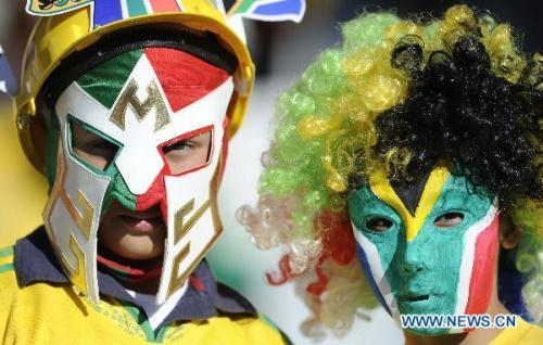 Two South African supporters wait prior to a Group A match between France and South Africa at the 2010 World Cup football match in Bloemfontein, South Africa, on June 22, 2010. (Xinhua/Chen Haitong)