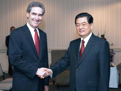 Visiting Chinese President Hu Jintao(R) meets with Canadian opposition Liberal Leader Michael Ignatieff, in Ottawa, Canada, June 24, 2010.(Xinhua/Ma Zhancheng)