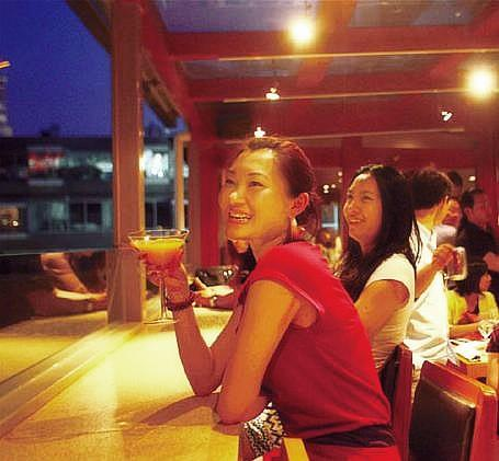 Diners enjoy drinks and a night view from the third floor of BananaFish.(Photos by Zou Hong and Qi Zhai)