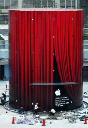 Preparations are under way at the first Apple Store in Shanghai yesterday. Apple will open the store in the Lujiazui area in Pudong New Area on July 10.(Xinhua Photo)