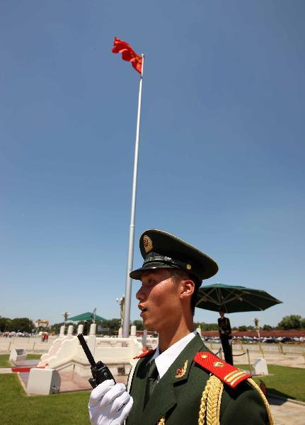 Soldier Du Chenchen is on guard under sunshine at Tian'anmen Square in Beijing, capital of China, July 5, 2010. Chinese meteorological authority said Monday hot weather continues to scorch many parts of the country. The highest temperature of Beijing reached 40.3 degrees Celsius on Monday.(Xinhua/Gao Xueyu)