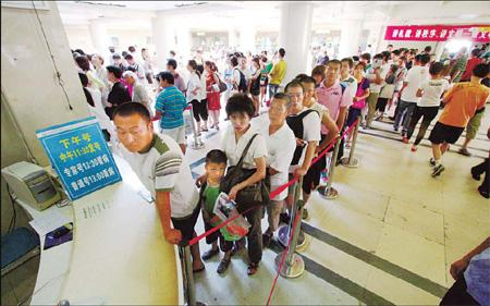 Consistent hot weather has led to a sudden increase in patients seeking help for heat-related diseases at the city's hospitals.(Source: China Daily/mirror evening news)