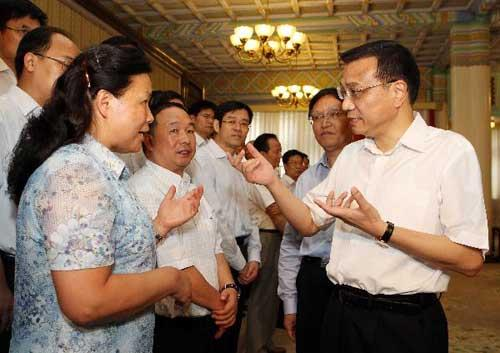 ChineseVicePremierLiKeqiangmeetswithprizewinnersawardedfortheircontributionstoChina'senergyscienceandtechnologyadvancementsinBeijingonJuly23,2010.Licalledforgreatereffortstodevelopandputintouseadvancedenergytechnologiesasameansofboostingenergyconservationandefficiency,andtofuelthecountry'ssustainablesocialandeconomicgrowthonFriday.(Xinhua/LanHongguang)