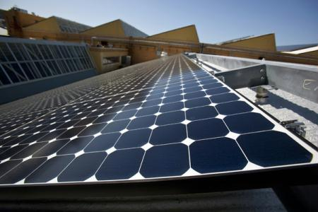 Solar panels sit on the roof of SunPower Corporation in Richmond, California March 18, 2010. (Xinhua/Reuters File Photo)