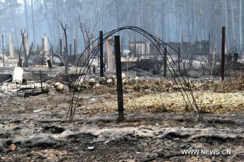 The burnt cottage is pictured after a forest fire in a village some 150 kilometers south of Moscow, capital of Russia, Aug. 2, 2010. Russian President Dmitry Medvedev on Monday declared emergency state in seven regions engulfed by wildfires that have claimed at least 34 people and left thousands of others homeless. (Xinhua/Wei Dafang)