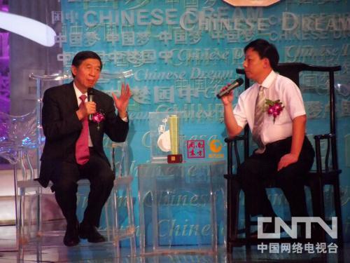 Photo:WuJianmin(L)talkswithYiZhongtian(R),professorfromXiamenUniversity.(CNTV.cn/SongRenshuang)