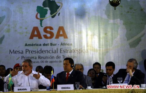 Venezuelan President Hugo Chavez (C), Brazilian President Inacio Lula Da Silva (L) and UNASUR secretary general and former Argentina's President Nestor Kirchner (R) attend the presidential strategy meeting on the Africa-South America Summit, in Caracas, capital of Venezuela, Aug. 6, 2010.  (Xinhua Photo)