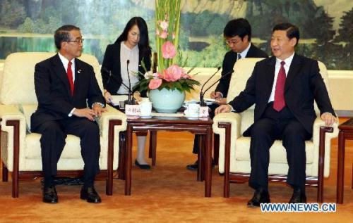 Chinese Vice President Xi Jinping (R) meets with Japan's Nagasaki Prefecture Governor Houdou Nakamura (L) in Beijing, capital of China, Aug. 19, 2010. (Xinhua/Yao Dawei)