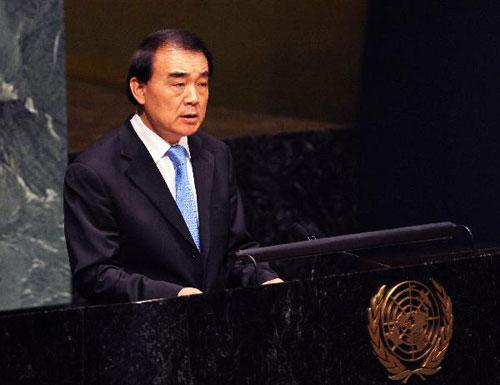 Chinese permanent representative to the United Nations Li Baodong speaks at the plenary General Assembly session on flood-devastated Pakistan at the UN headquarters in New York, the United States, Aug. 20, 2010. (Xinhua/Shen Hong)