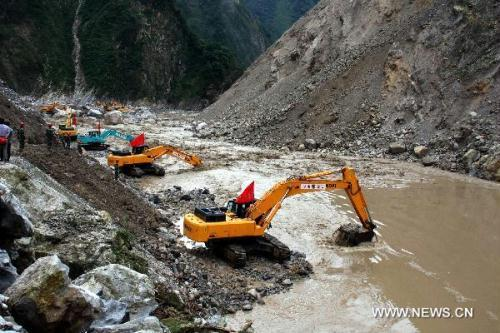 Cranes remove barriers to speed up flood discharge in landslide-hit Mianzhu City, southwest China's Sichuan Province, Aug. 21, 2010. Rescuers have resumed the road and waterway on Saturday to send the relief supplies to isolated local residents stranded in the mountains after heavy rain triggered mudslides in Mianzhu on Aug. 13.(Xinhua)