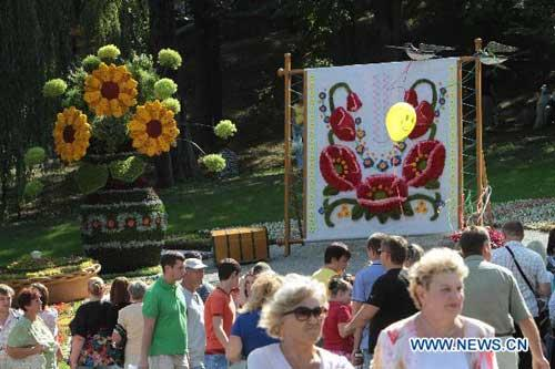 People visit a flower exhibition to hail the upcoming Independence Day at the Pecher landscape park in Kiev, Ukraine, Aug. 22, 2010. The Independence Day of Ukraine falls on Aug. 24. (Xinhua/Sergei Starostenko)