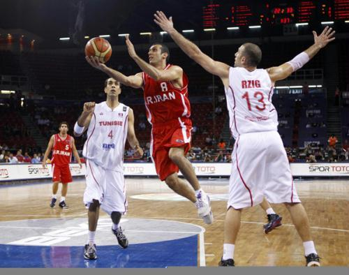 Iran's Saman Veisi goes to the basket as Tunisia's Radhouane Slimane (2nd-L) and Amine Rzig (R) defend during their FIBA Basketball World Championship game in Istanbul, August 30, 2010.(Xinhua/Reuters Photo)