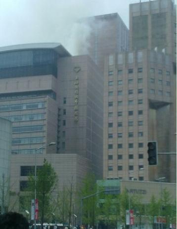上海南京西路常德路大楼起火 现场浓烟滚滚