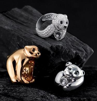 品牌以这一可爱的跖行动物为原型,制作出众多形态各异的珠宝作品,妆点