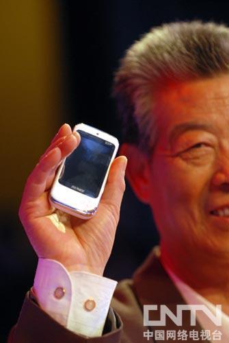 节目组送给张广明的手机,以后盲人有需要随时传呼