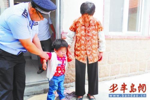 在民警和奶奶的搀扶下,苁苁勉强能站起来。记者高丽摄