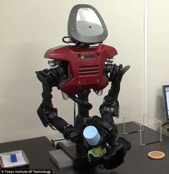 往杯子中倒水。这款机器人可利用过去的经验和自己掌握的知识做出判断,找到最理想的处理方式