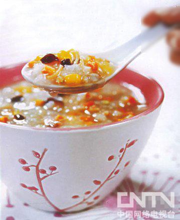 秋季可用一些百合、沙参、玉竹等润燥养肺的食材入粥