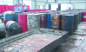 山东格林公司车间污浊不堪,执法人员查获大量地沟油。