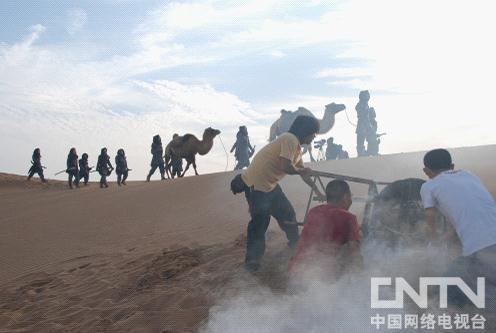 工作人员用鼓风机制造风沙效果