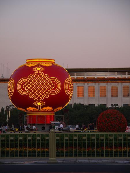 迎国庆巨型大红灯笼完工亮灯 点亮北京天安门广场