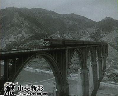 实现了新中国第一条电气化铁路的